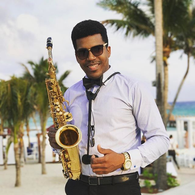 🎶🎶🎷#usa #people #wine #saxophone #mexico #azulfives #azulfivesresortplayadelcarmenmexico  #presti