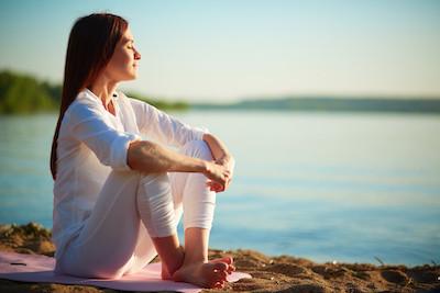 femme assise bord de lac