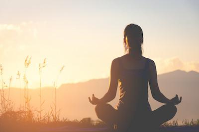 femme position yoga lotus crépuscule