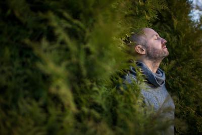 homme relaxation extérieur