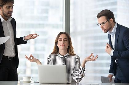 ხმის იზოლაცია, ქალი მედიტირებს სამუშაო გარემოში და მამაკაცები აწუხებენ