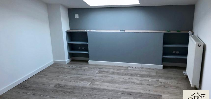 Aménagement chambre grise sous toiture avec tête de lit sur mesure