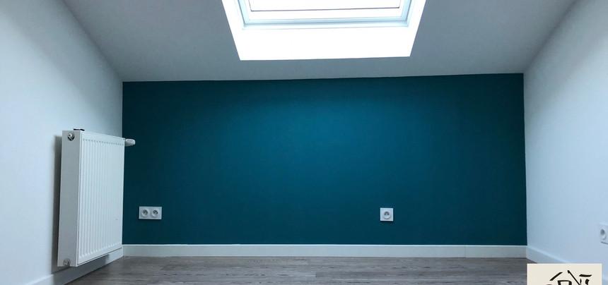 Aménagement chambre bleue canard sous toiture avec velux
