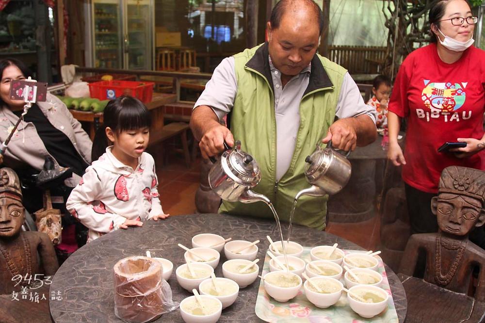 將熱水倒入磨製完成的擂茶粉中