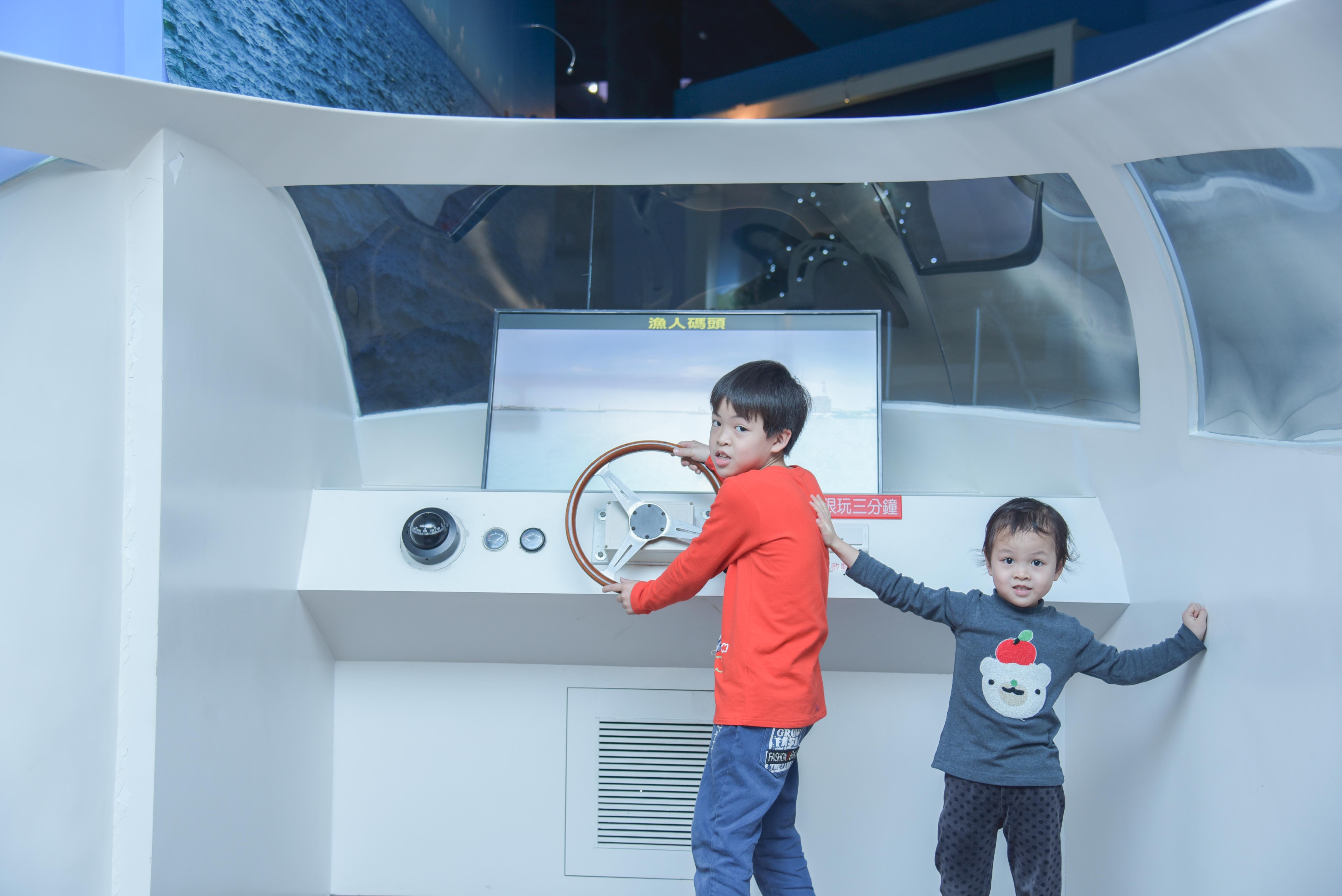 小孩開心當上船長準備啟航!