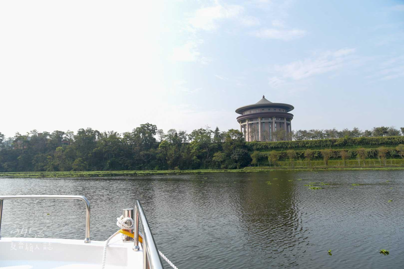 遊艇上可清楚看到天恩彌勒佛院