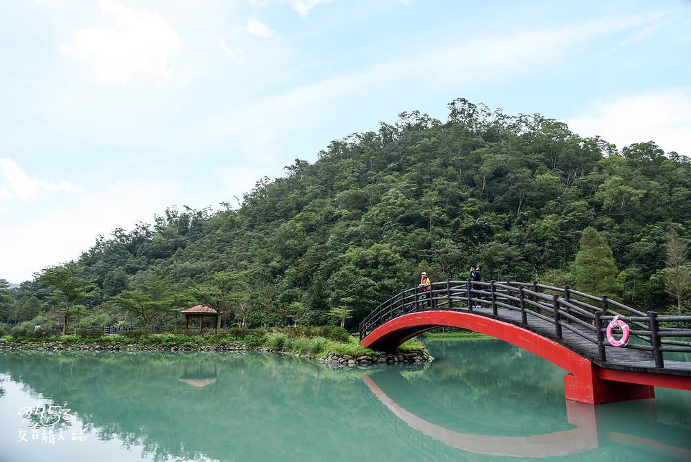 望龍埤的綠水、紅色拱橋相映成趣