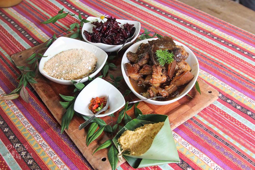 小米飯搭配鹹香滷肉、醃漬洛神花、微甜花生粉入口