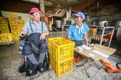 工人正在手工黏貼醬油罐包裝
