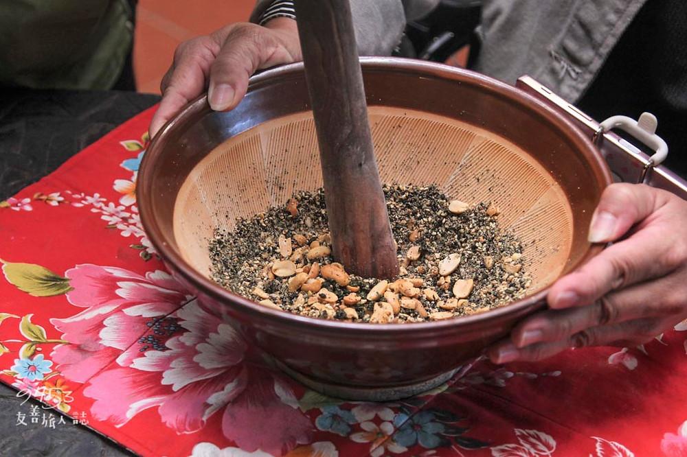 擂茶缽內有花生、黑白芝麻與茶葉
