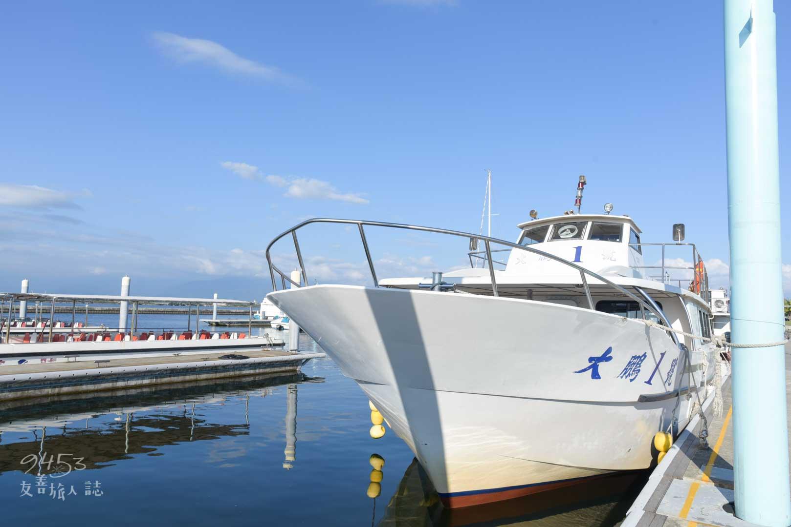 純白色遊艇外觀