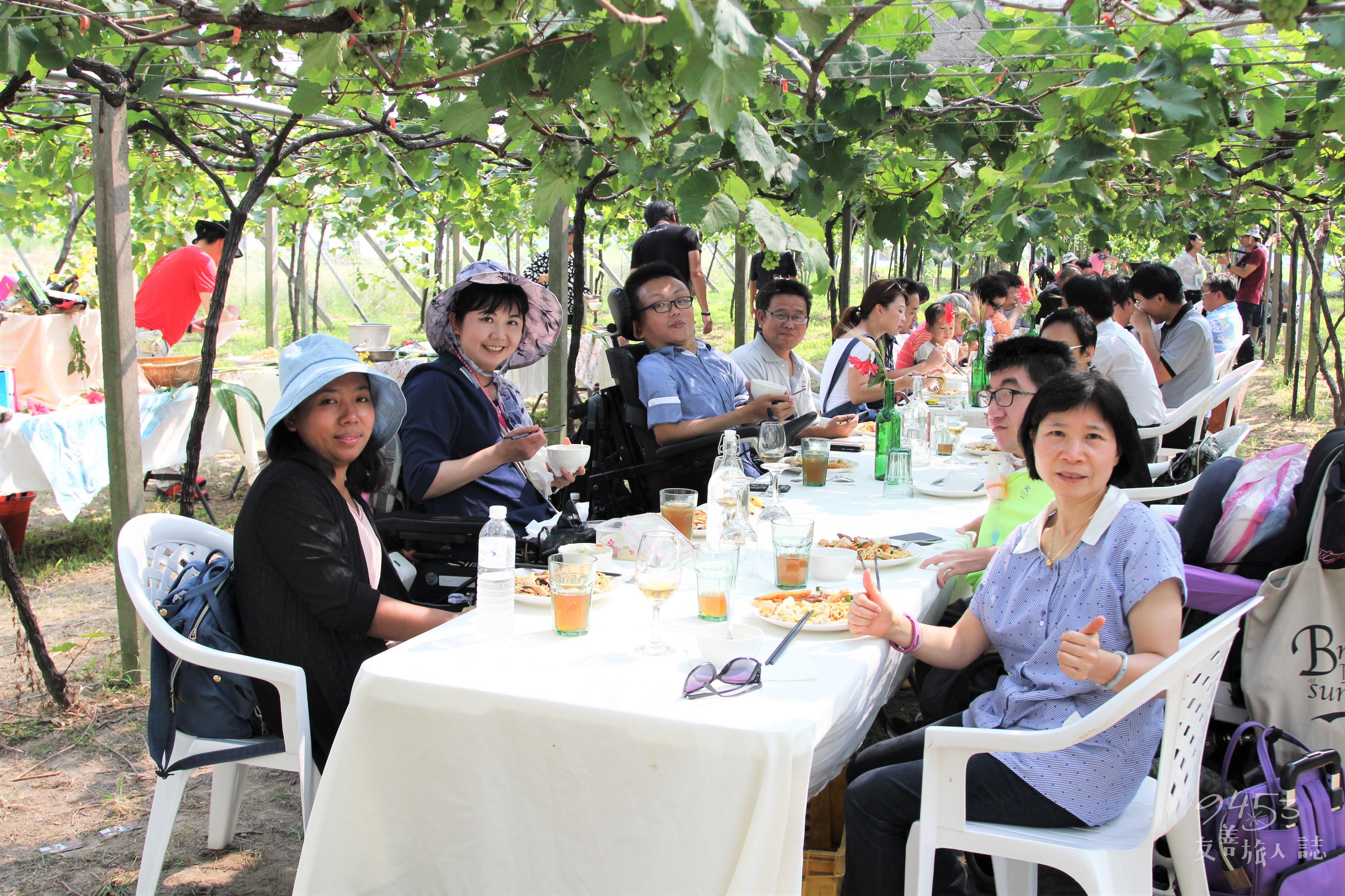 葡萄樹下的餐會