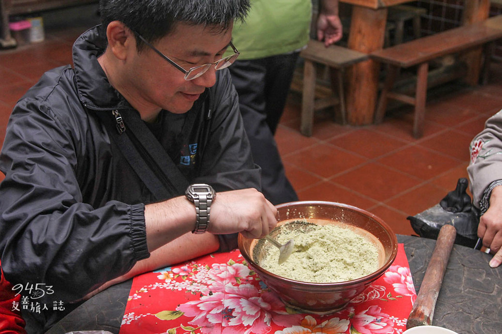 加入五穀雜糧與擂茶粉攪拌