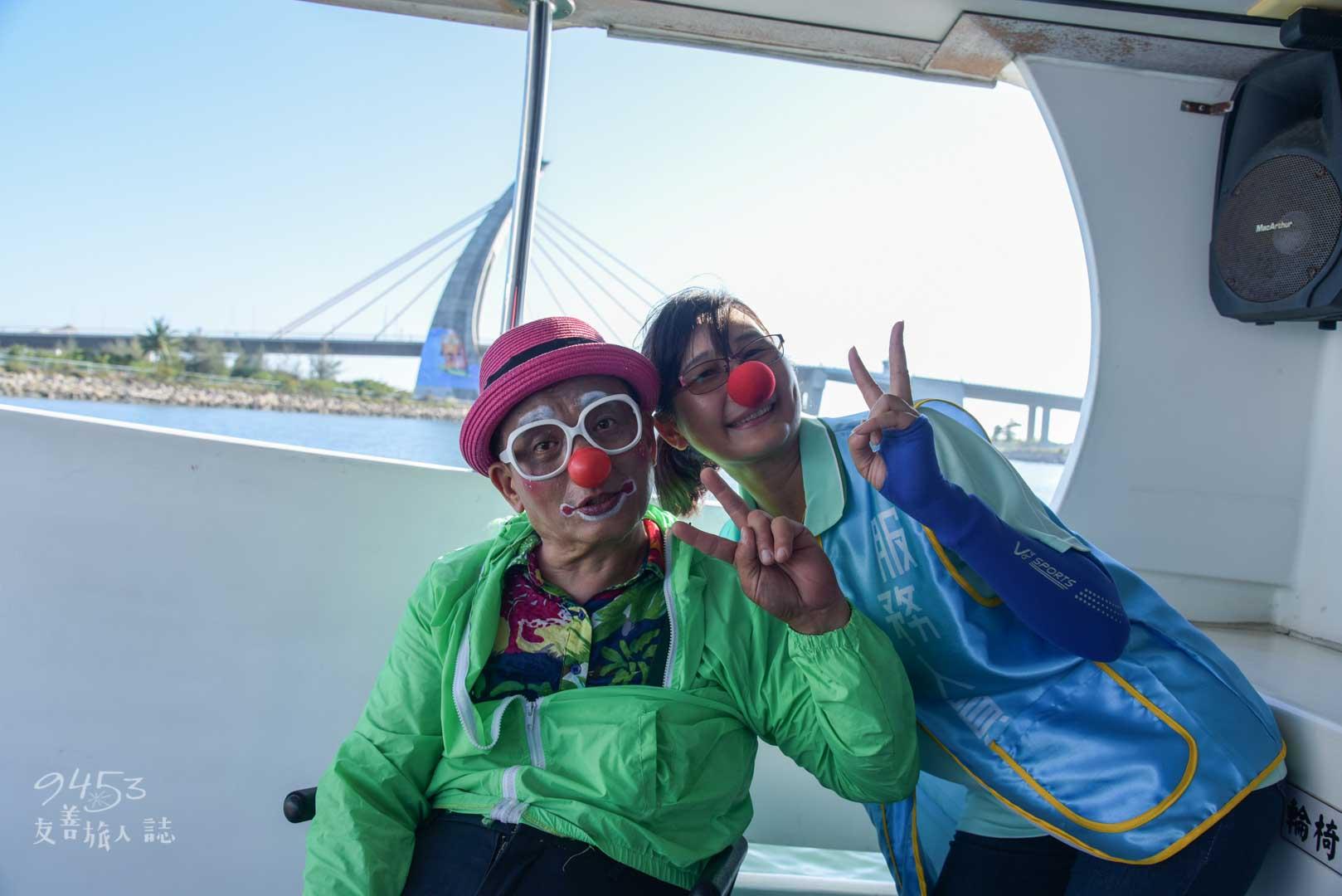 遊艇上與導覽員合照