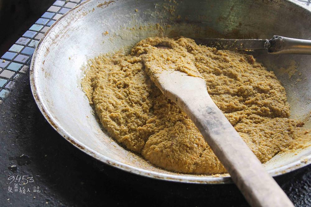 爐火上炒得微黏的小米飯