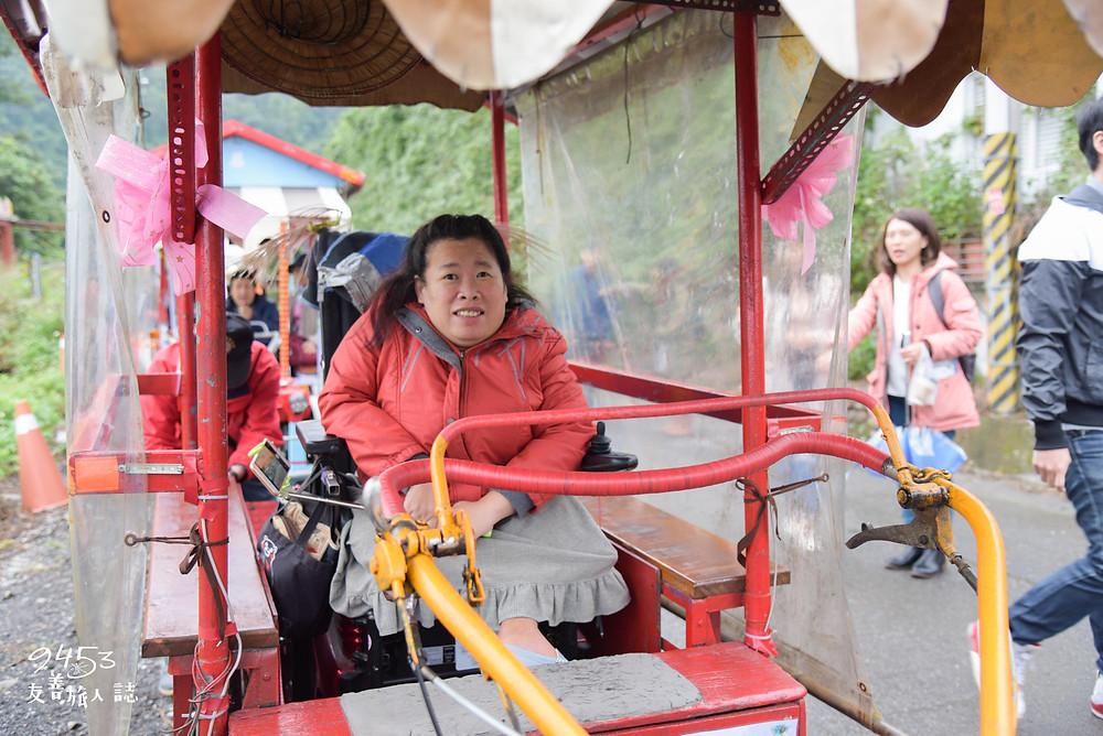 在工作人員協助下,輪椅朋友不須移位也可上鐵牛力阿卡