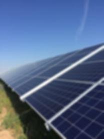 solpaneler på gräs