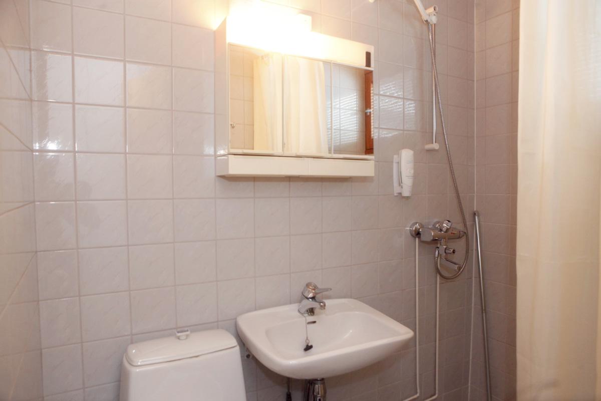 Kaikissa huoneissa oma suihku ja WC