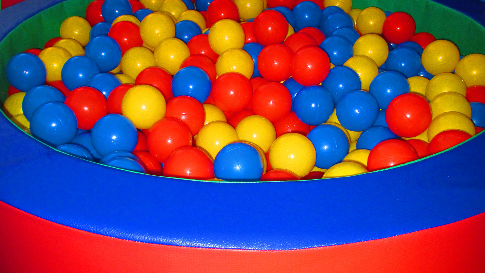 Ball pit to stimulate the senses and develop motor development