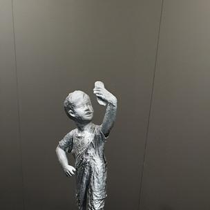 manichino, resine, gesso, tessuti, acrilici, cartone, collanti, colori spray - 130x60x55 - 2019