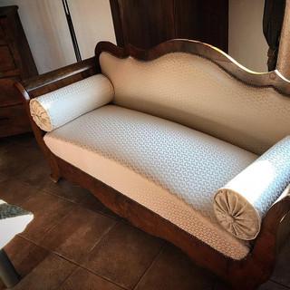 Canapé et coussins recouvert d'un tissu de la maison Création Baumann