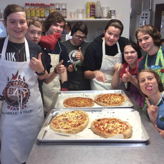 Au cours de cuisine, la pizza est notre met étoile où les jeunes font eux-mêmes leur croûte!
