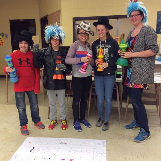 Certains projets interdisciplinaires comme celui des jeux de société géants sont présentés aux élèves du primaire.