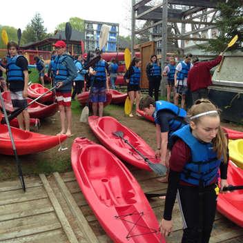 Les élèves ont exploré leur talent de pagayeur avec le kayak, lors d'un voyage de fin d'année. Les instructions sont importantes avant la mise à l'eau. Pour plusieurs, ce sera une première expérience!
