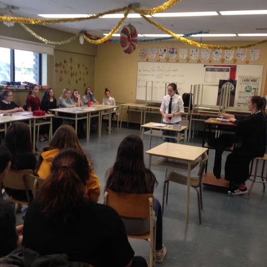 Dans ce projet d'un cas judiciaire, les élèves deviennent juge, avocat, accusé, victime, témoin et jury.