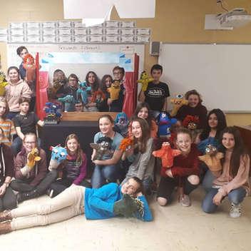 Création d'une pièce de théâtre en anglais dans laquelle ils doivent intégrer les marionnettes qu'ils ont créées en art plastique.