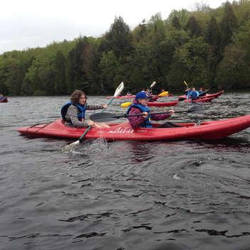 Les élèves ont exploré leur talent de pagayeur avec le kayak, lors d'un voyage de fin d'année. Le travail d'équipe est important ici, autrement, il devient difficile de se rendre à destination.