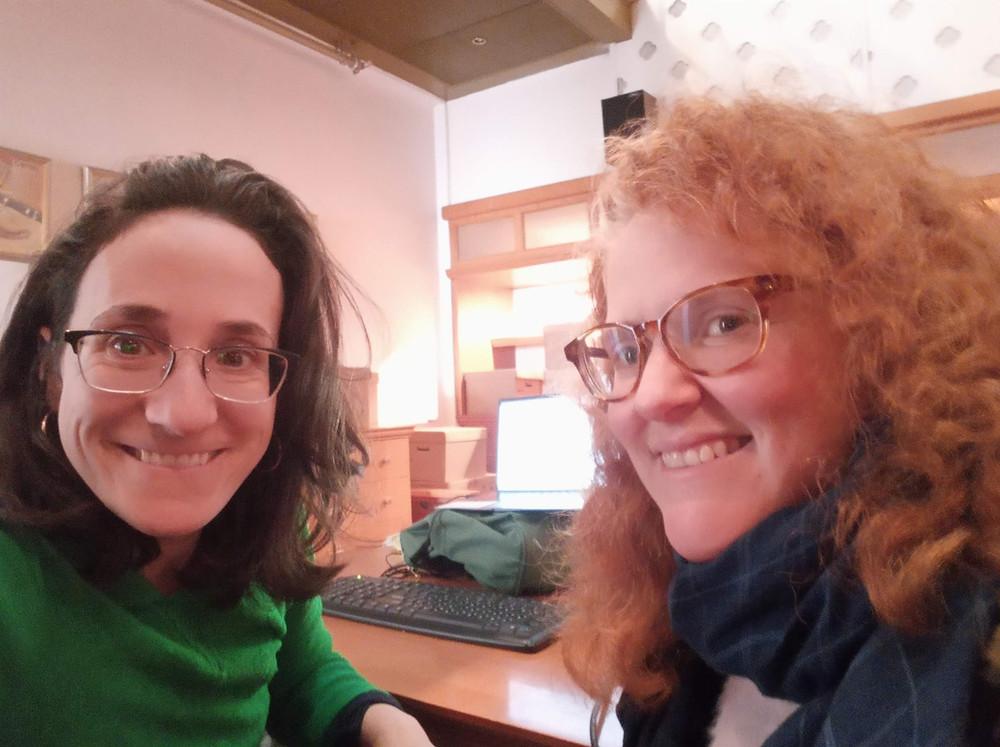 ציפי ואני גונבות זמן כתיבה בבית אריאלה בתל אביב