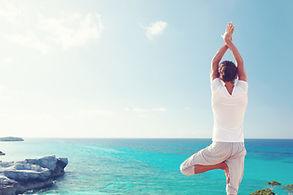 Üben Yoga durch das Meer