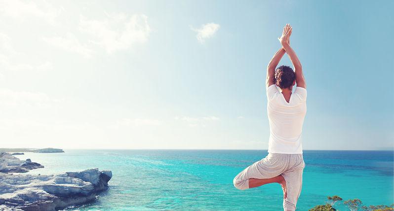 La práctica de yoga por el mar