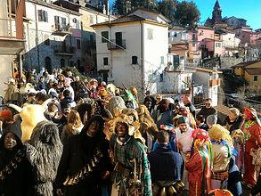 La folla del Carnevale di Suvero