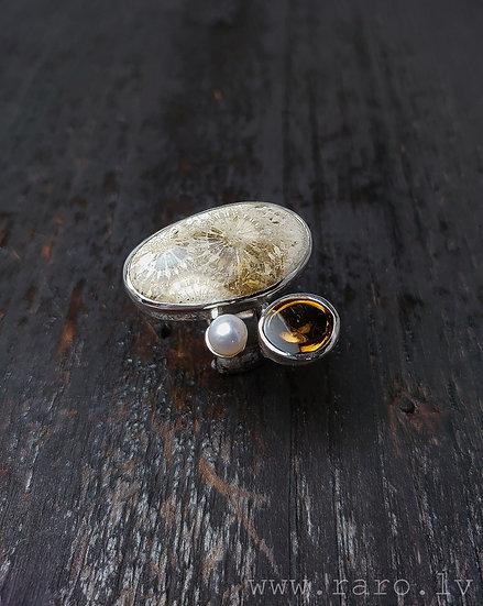Sudraba gredzens ar pērli, topāzu un koraļļu fosīliju.
