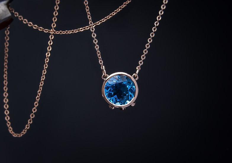Sārtā zelta 585⁰ kaklarota ar topāzu un pērlēm