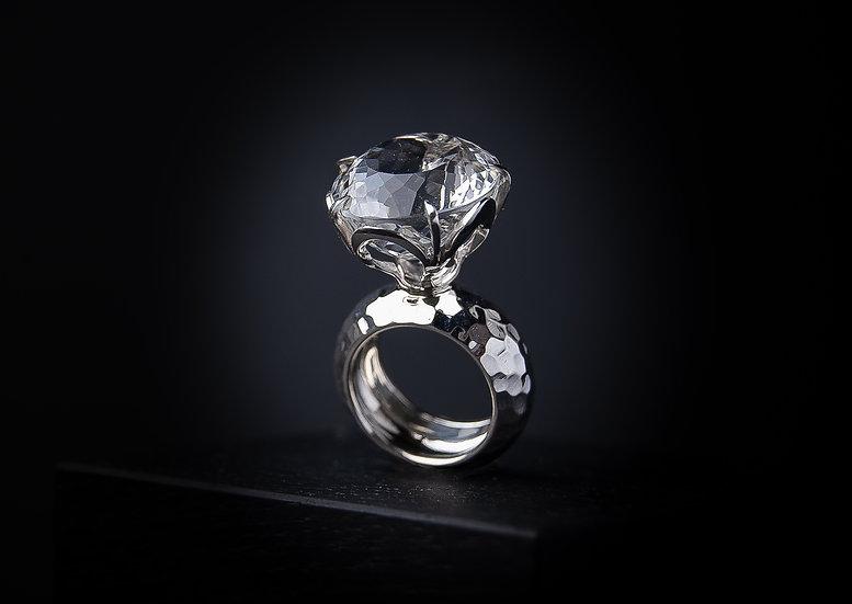 Iespaidīgs sudraba 925 proves  gredzens ar kalnu kristālu