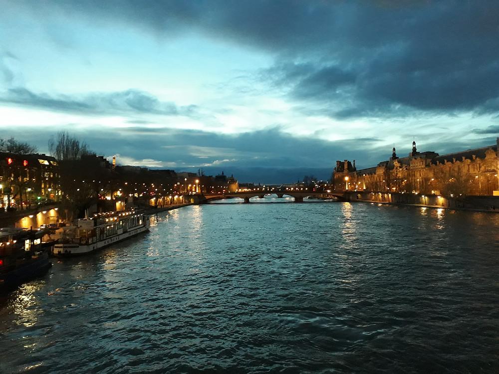 La nuit tombe à Paris