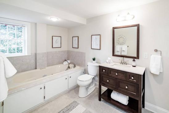 Retreat House - Macintosh Room bath