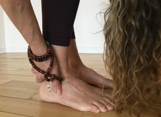 Dans la pratique du yoga nous prenons grandement conscience de l'importance du contact à la terre.