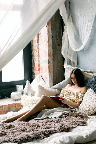 woman-reading-a-book-in-the-bed-698865.j