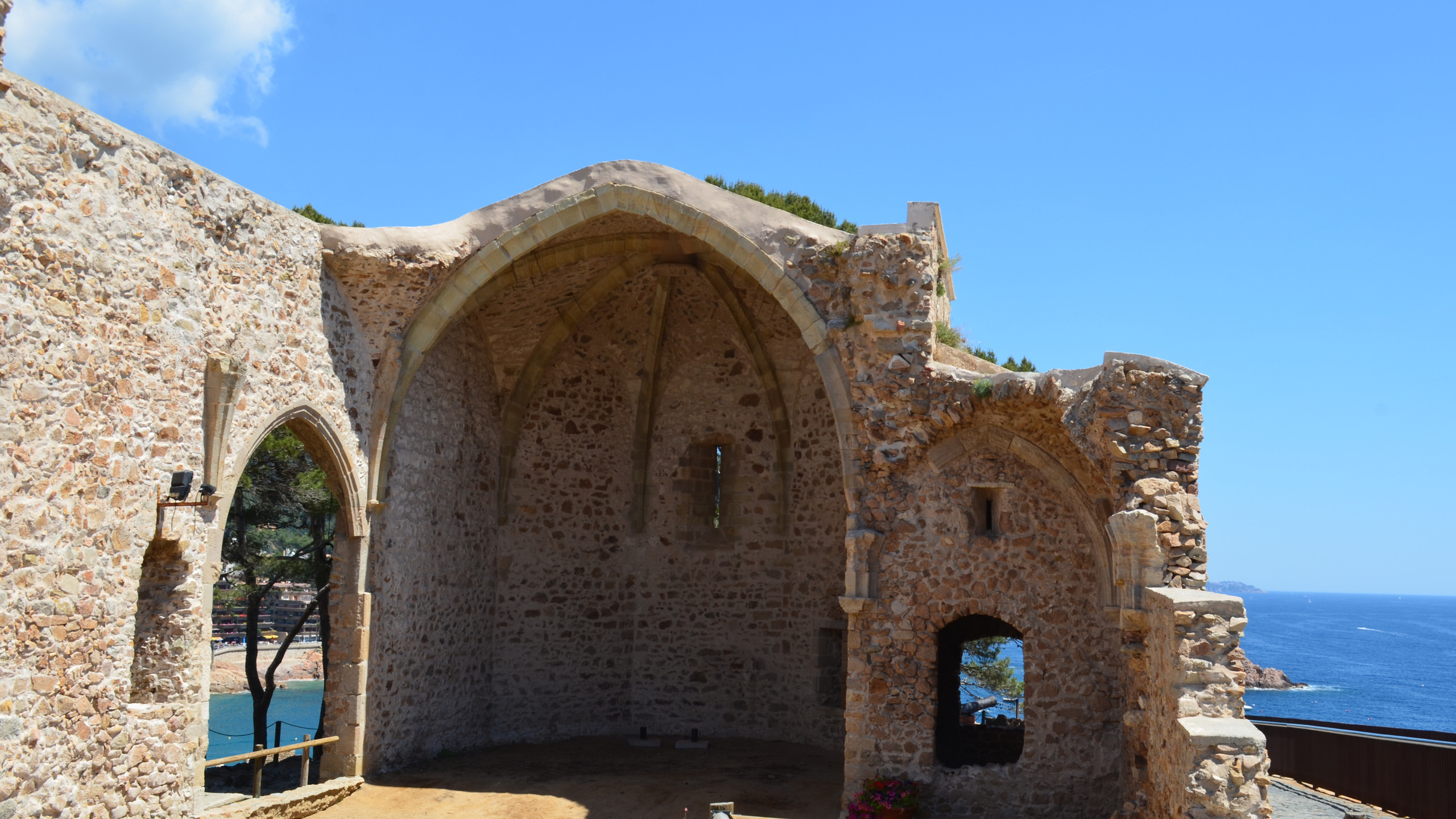 Ruina a unei biserici în Tossa