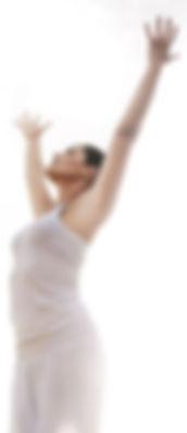 rustige-vrouw-strekt-armen-naar-de-lucht