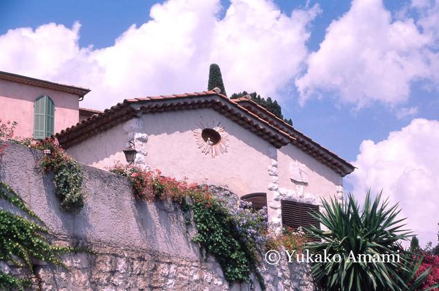 Une maison avec des fleurs-HP Amami.jpg