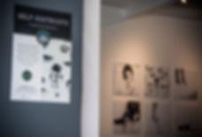 Fotografia de la exposición fotográfica self-distrust diseñada por I. Marzolla de la artista Anne Vanilla