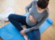 ヨガの練習妊娠中の白人女性