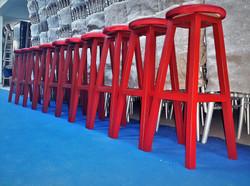 kırmızı ahşap tabure