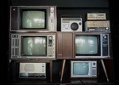 Alte Fernseher und Radios