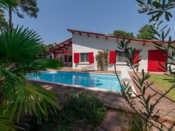 Maison rouge piscine